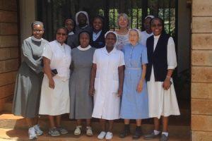 Gruppenbild mit den Schwestern von der St. Scholastica Catholic School