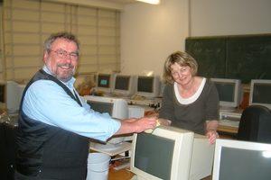 Gilla und Franz reinigen gespendete Monitore