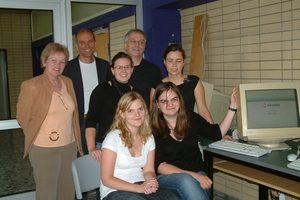 Die Schülerinnen mit ihrer Informatiklehrerin Frau Bleile, dem Schulleiter Herr Hummel und HPM