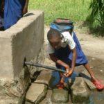 Schüler schöpft Wasser