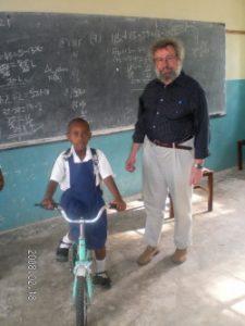 Probefahrt mit dem gespendeten Kinderfahrrad