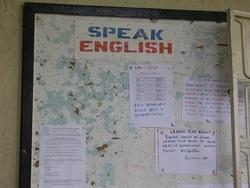 """Schild mit der Aufschrift """"Spreak English"""""""