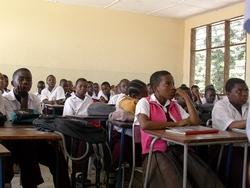 Schülerinnen und Schüler im neuen Klassenzimmer